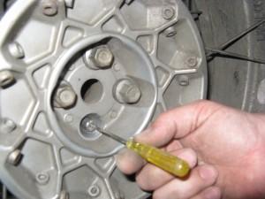 Afgezaagde wielbout als hulp bij achterwiel monteren